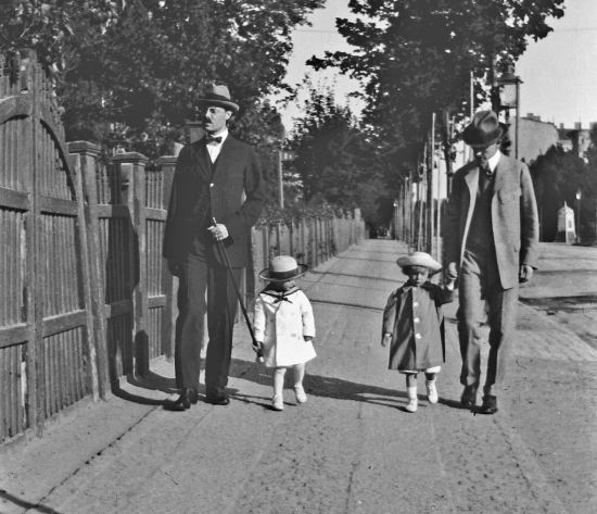 Herman Hoogland med sonen Claes Hoogland och John Lundwall med pappa Percy Lundwall på Sten Sturegatan 1918.