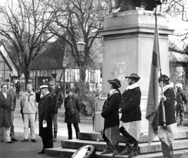 Den 30 november 1995 blev en mot tidigare år lugn dag i Lund. Lars Hultén (I studentmössa) höll sitt sedvanliga tal för ett tjugotal av 30 Novemberföreningens medlemmar som vid middagstid samlats vid Tegnérstatyn i Lundagård, under bevakning av ett trettiotal poliser.