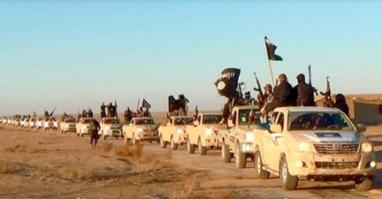 Plötsligt rullade en oändlig konvoj av nya Toyotabilar med svarta välbeväpnade krigare fram.