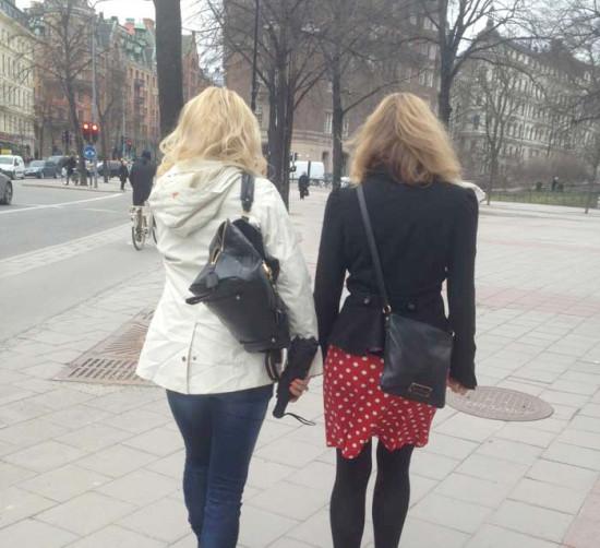 Människor på promenad i stan.