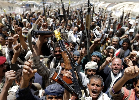 Followers of the Shi'ite Houthi group wave their weapons as they gather at the group's camp near Sanaa September 10, 2014. Yemeni soldiers traded gunfire with Shi'ite Muslim rebels near a military base at the southern entrance to the capital Sanaa on Tuesday, residents said, hours after soldiers killed at least four Shi'ite protesters outside the cabinet building. REUTERS/Khaled Abdullah (YEMEN - Tags: POLITICS CIVIL UNREST) - RTR45O84