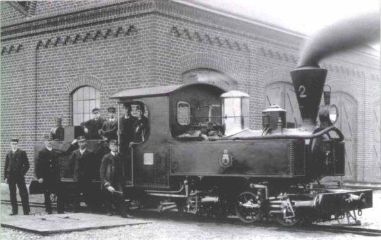 Lok 2, tillverkat av Bolinders 1893, framför lokstallet vid Jönköping Östra, omgivet av stolt personal.
