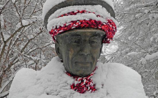 Folke Bernadotte insvept i vinterpälsen i Engelska parken i Uppsala 2012.