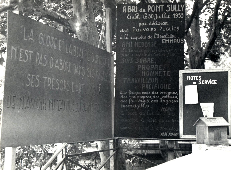 Entrén till <em>Abbe Pierres</em> tältläger på kajkanten vid <em>Pont de Sully</em>.