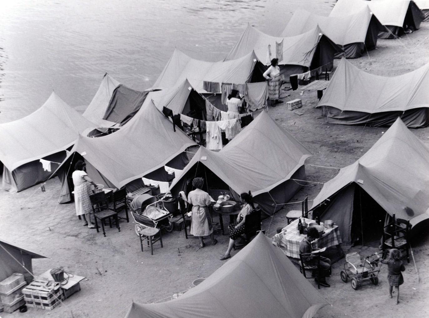 Tälten och några av dess invånare vid kajkanten.